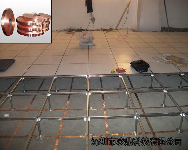 许多的防静电地板项目,在铺设地板之前,总会在地面上贴上部分类似于金锡纸的贴条,但许多人不明白,这些闪亮的铜带是什么,又起到什么作用。其实,防静电地板在日常的使用过程中会遇到很多技术性的问题,因此很多场所为了以后地板能够稳定的发挥防静电的作用,在施工做成中需要对整个场所进行电位的平横,也就是我们常常听到的铜带铺设等电位接地处理。 在一些要求不是太严格的机房或监控室,可以不用铺设,但是需要高精密控制、设备稳定、数据安全的高端机房和数据中心需要进行这种施工处理。在施工前必须确认整个建筑拥有良好的接地防雷系统